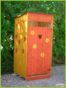 toilette sèche décorée par des enfants