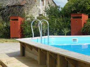 toilette sèche d'extérieur au bord d'une piscine